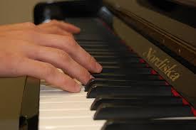 Esercizi al pianoforte: la caduta