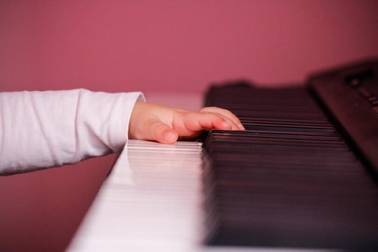 esercizio due mani pianoforte