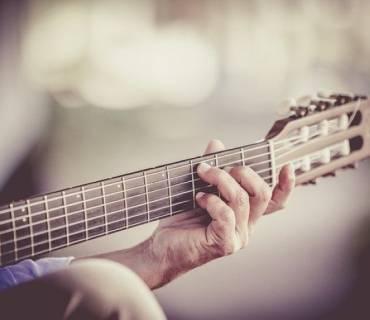 dita chitarra