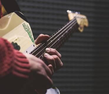 mano destra chitarra