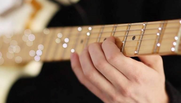 dispositivo per imparare la chitarra